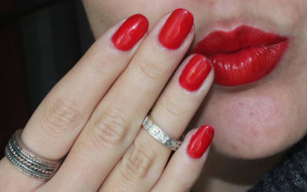 Colour Crush 101 Red Siren da The Body Shop e o verniz Really Red da Essie