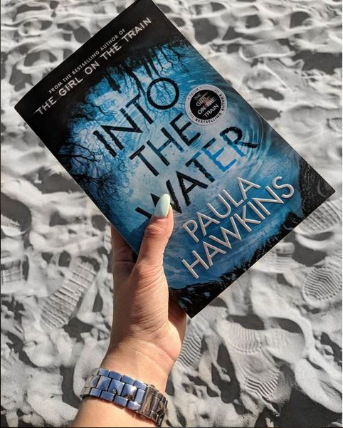 "Livro ""Into The Water"""