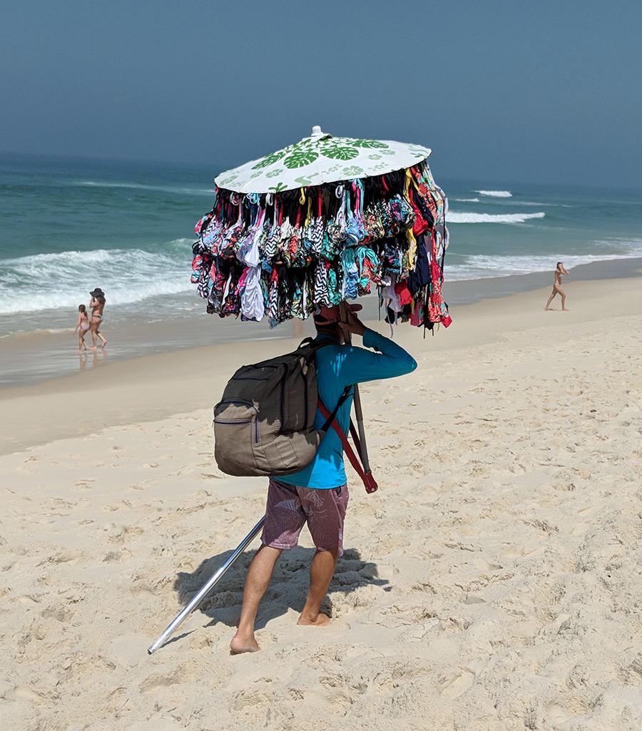 Vendedor de biquínis na praia no Rio de Janeiro